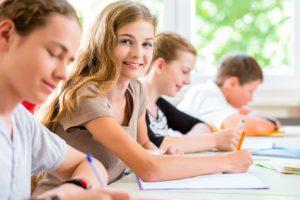 Auf dem Bild sieht man Schüler, die sich auf ihre Abiturprüfung mit gezieltem Methodiktraining vorbereiten