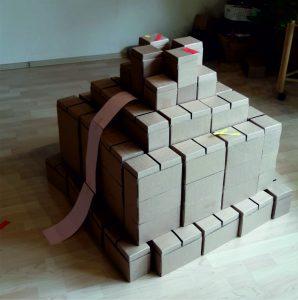 Hier sieht man das Modell eines Vulkans, der mit Gigi-Bausteinen gebaut wurde